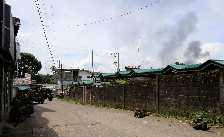 Quân chính phủ Philippines tấn công vào nơi nhóm khủng bố Maute chiếm đóng tại thành phố Marawi (miền Nam Philippines) ngày 25/05/2017.