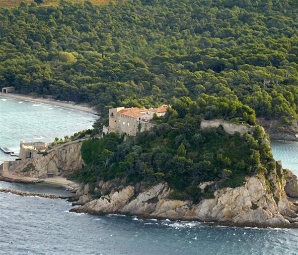 O Forte de Bregançon, situado em uma montanha diante do mar Mediterrâneo, é a residência oficial de férias dos presidentes franceses desde 1968
