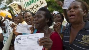 Août 2013, à Saint-Domingue: des veuves haïtiennes réclament les pensions auxquelles elles ont droit.