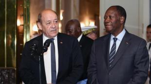 Le président ivoirien Alassane Ouattara et le ministre français de la Défense Jean-Yves Le Drian, le 29 avril 2016 à Abidjan.
