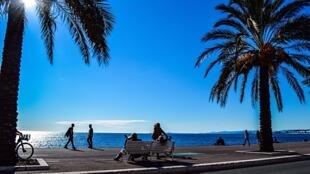 Com seu calçadão diante da orla e ares de cidade tropical, Nice entrou para a história como um destino para férias de inverno.