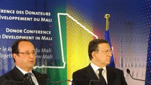 Le président François Hollande (g.) s'exprime à coté du président de la Commission européenne Manuel Barroso et du président malien par intérim Dionconuda Traoré, le 15 mai 2013.