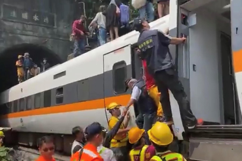 Socorristas donde descarriló un tren en un tunel en Hualien, Taiwán, en una imagen de la Cruz Roja el 2 de abril de 2021