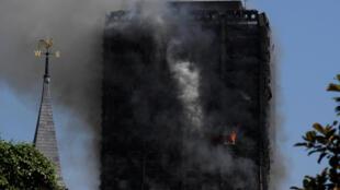 Pelo menos 50 pessoas ficaram feridas no incêndio que atinge um prédio de 120 apartamentos em Londres