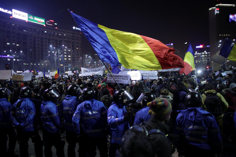 Người biểu tình vẫy cờ Rumani trong cuộc tuần hành ở Bucarest, tối 01/02/2017