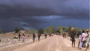 Sur la route, arrivée de la mousson, au mois de juin (Burkina Faso).