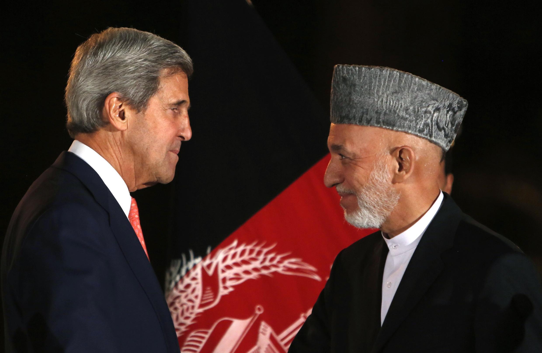 Raisi wa Afghanstan Hamid Karzaï akiwa na waziri wa mambo ya kigeni wa Marekani John Kerry jijini Kabul.