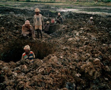 Des enfants malgaches travaillent dans une mine. Ils peuvent être accompagnés de leur famille.