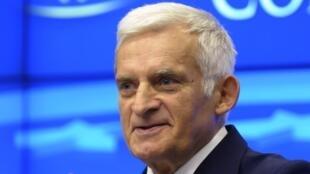 Jerzy Buzek, le président du Parlement européen, met en garde contre les conséquences d'un blocage du prochain budget européen.