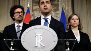 O líder do Movimento 5 Estrelas, Luigi Di Maio (centro), tentou negociar com os democratas, mas não obteve sucesso. 12/04/18