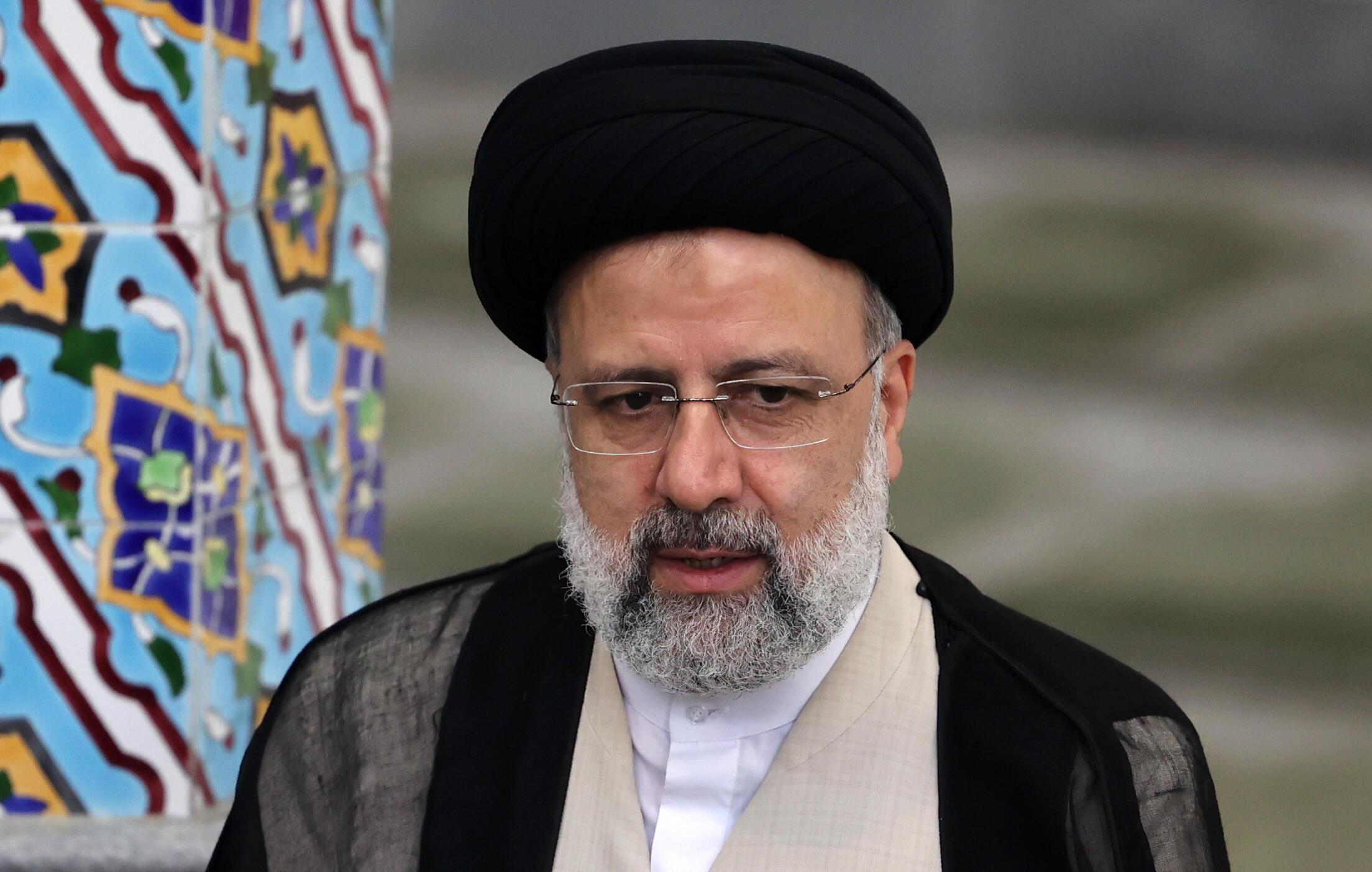 El ultraconservador Ebrahim Raisi habla a los medios después de votar en un colegio electoral de Teherán, el 18 de junio de 2021