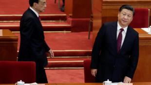 Chủ tịch - tổng bí thư đảng Cộng Sản Trung Quốc Tập Cận Bình (phải) tại hội nghị Chính Hiệp, Bắc Kinh, 03/03/2017. Người bên trái là thủ tướng Trung Quốc Lý Khắc Cường.