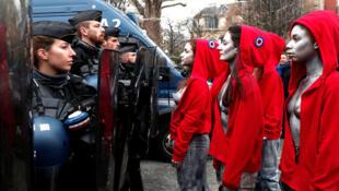 زنان در پوشش ماریین نماد جمهوری فرانسه