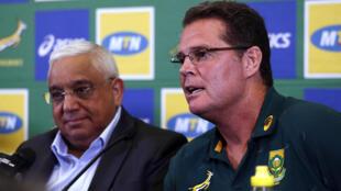 Le président de la fédération sud-africaine de rugby Mark Alexander  et le directeur du rugby Rassie Erasmus  à Pretoria le 24 janvier 2020