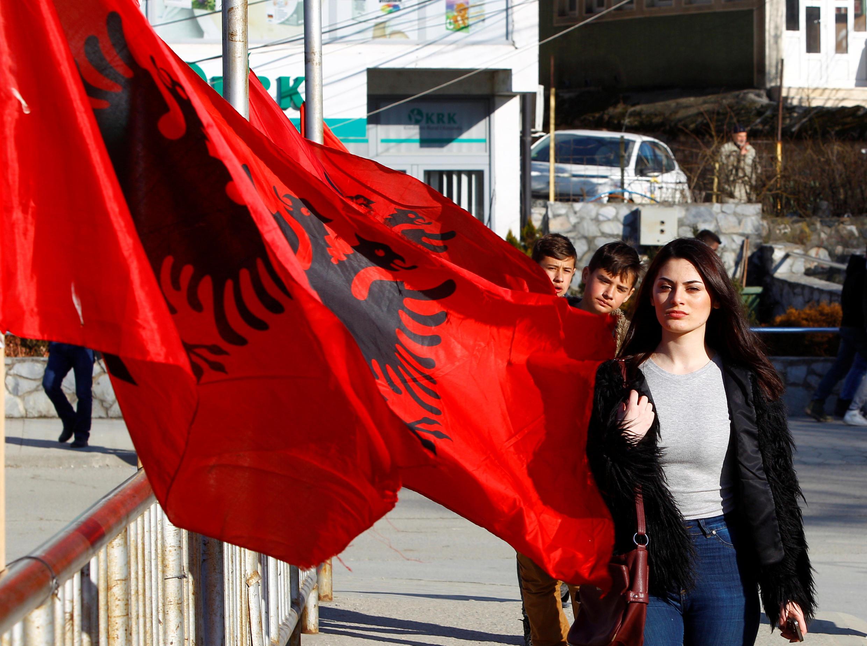 Жительница Косово с албанским флагом. Косово, 16 февраля, 2018 год.