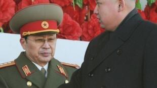 Pyongyang, 16 février 2012. Kim Jong-un et son oncle (en uniforme) Jang Sung-taek, président de la Commission de la Défense nationale, considéré comme le numéro deux du régime..