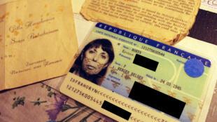 La carte d'identité de Feiga Pearl Horyn entre autres documents, dont l'invitation de mariage de sa tante, célébré dans le camp de déplacés de Bergen-Belsen après la guerre.