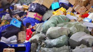 武汉中心快递包裹堆积如山。