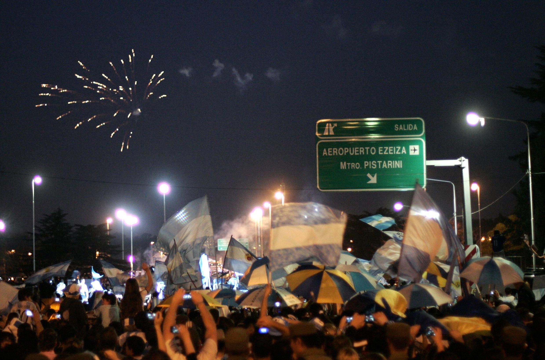 Hàng nghìn cổ động viên Achentina  ra tận sân bay  Ezeiza đón đội tuyển trở về từ Nam Phi tố 4/7/2010
