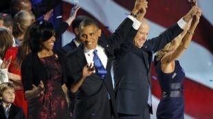 Barack Obama comemora sua reeleição ao lado da primeira-dama Michelle e do vice-presidente Joe Biden e sua esposa, no centro de convenções de Chicago.