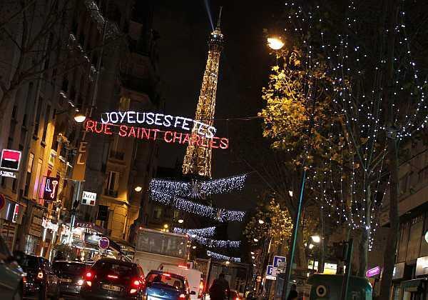 Decoraciones navideñas en la calle Saint Charles de París.