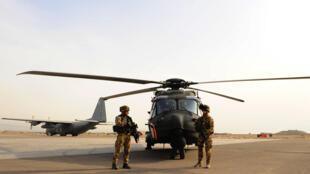 Des soldats de l'Isaf, la force internationale en Afghanistan, en février 2014 près de l'aéroport d'Hérat.