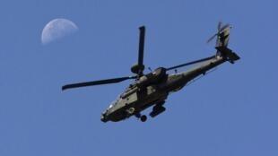 Un hélicoptère Apache américain survole le ciel près de Kandahar.