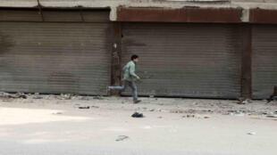 Un petit garçon devant une usine abandonnée, dans la banlieue du Caire, en février dernier.