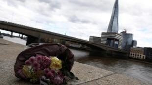 Ramo de flores depositado perto da London Bridge, depois do atentado de 4/06/2017
