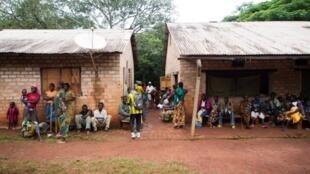 Des habitants d'Obo, en Centrafrique, devant l'hôpital de l'UPDF ougandaise, en juin 2014 (photo d'illustration).