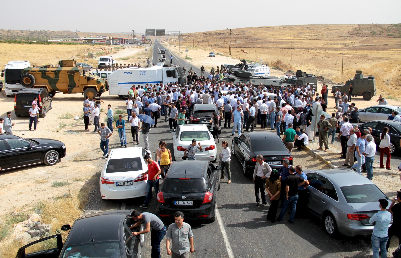 Les forces de sécurité turques empêchent le passage du convoi de la délégation d'élus pro-kurde en route vers Cizre, en Turquie le 9 septembre 2015.