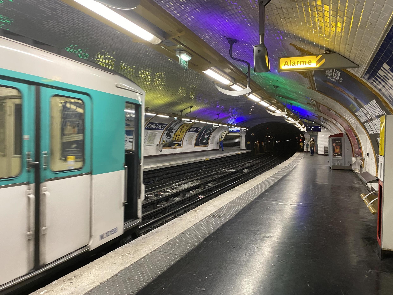 Estações desertas no metrô de Paris após início do confinamento quase total imposto pelo governo francês contra a pandemia de coronavírus.