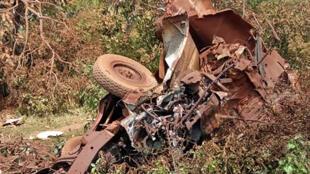 Restes du véhicule touché par une mine à côté de Fada au Burkina-Faso le 28 août 2018.