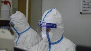 正在紧张工作的武汉医护人员。