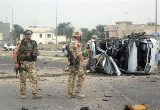 Ảnh tư liệu: Lính Anh kiểm tra khu vực có một chiếc xe hơi tư nhân phát nở ở miền nam Irak, ngày 11/11/2003.