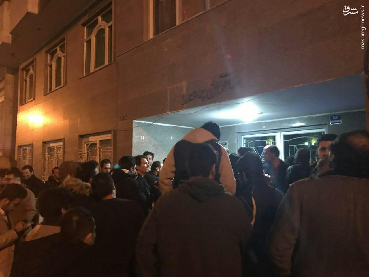 تجمع مقابل خانه محمود صادقی