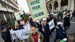 Des Algériens manifestent en faveur du scrutin du 12 décembre, le 30 novembre 2019 à Alger.