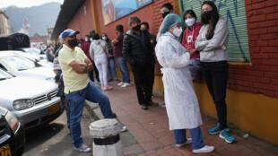 Bogota, Colombie, le 29 décembre 2020 : des Colombiens font la queue pour être testés pendant la pandémie de Covid-19.