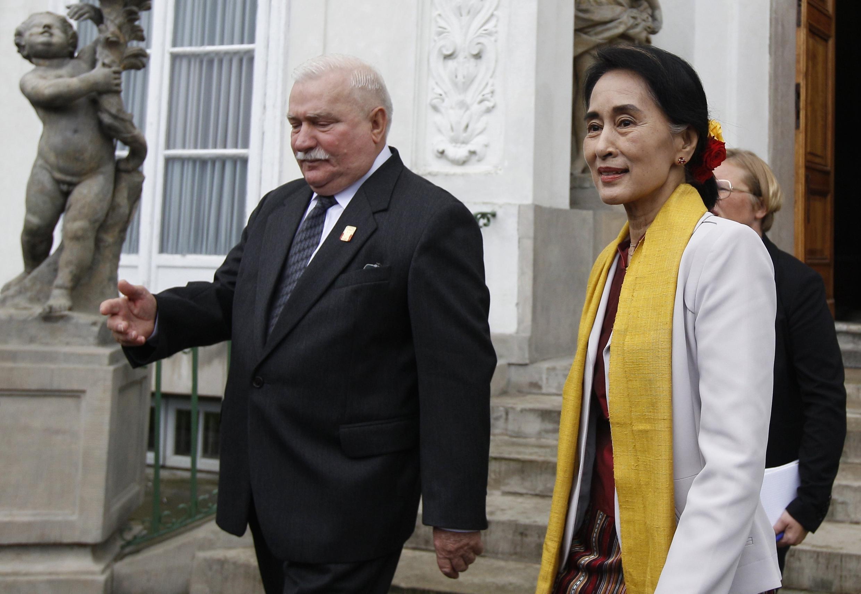 Lech Walesa và bà Aung San Suu Kyi nhân buổi gặp gỡ ở Vacxava, ngày 12/09/2013