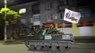 Tanque nas ruas de Slaviansk, oeste da Ucrânia com uma bandeira pró-russa. 12 de maio de 2014.
