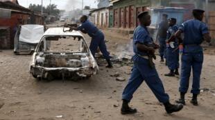 Des policiers postés à une barricade durant des protestations contre un troisième mandat du président Nkurunziza, à Bujumbura, le 26 mai 2015.