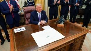 Le président Donald Trump annonce grâce à son soutien qu'Israël et les Émirats arabes unis ont conclu un accord de paix historique, le 13 août 2020.
