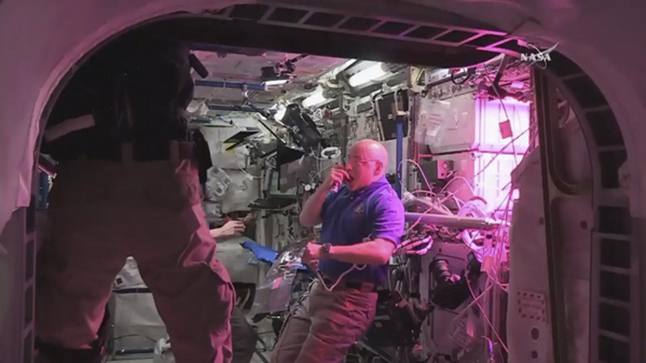 El astronauta Scott Kelly come, por primera vez, una hoja de lechuga cultivada en la Estación Espacial Internacional.