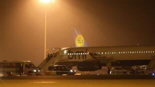 Un avion de la compagnie aérienne britannique BMI a été vu par des journalistes de l'AFP sur les pistes de l'aéroport de  Roissy, sans que l'on sache s'il s'agissait de l'avion utilisé pour cette  expulsion annoncée.