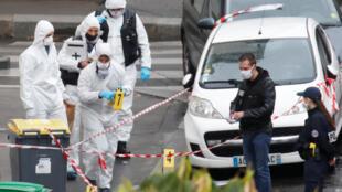 Des experts médico-légaux travaillent sur les lieux d'une attaque au couteau près des anciens bureaux du magazine français Charlie Hebdo, à Paris, France le 25 septembre 2020.