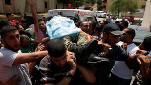 L'un des militants des brigades Al-Qassam tués est porté par la foule.