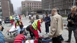 Equipes de resgate dão atendimento a feridos após explosão em Oslo, na Noruega, no dia 22 de julho de 2011.