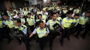 La police a évacué le sit-in de Mongkok, à Hong Kong, tôt dans la matinée du 17 octobre.