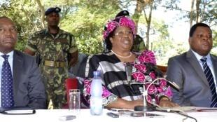 Joyce Banda (C), la nouvelle présidente du Malawi lors d'une conférence de presse à Lilongwe, le 7 avril 2012.