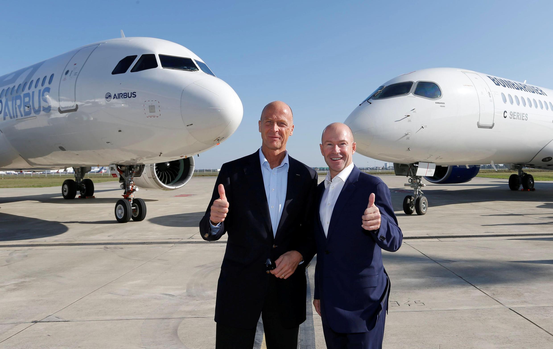Tom Enders, presidente da Airbus, e Alain Bellemare, presidente da Bombardier, posam para fotos durante coletiva de imprensa em Colomiers, na França, em 17 de outubro de 2017.